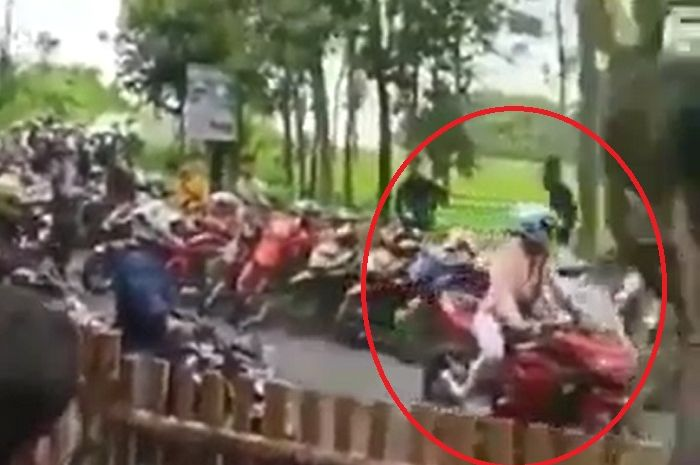 Pengendara Ninja 250 geber-geber motor di lokasi wisata Baturaden.