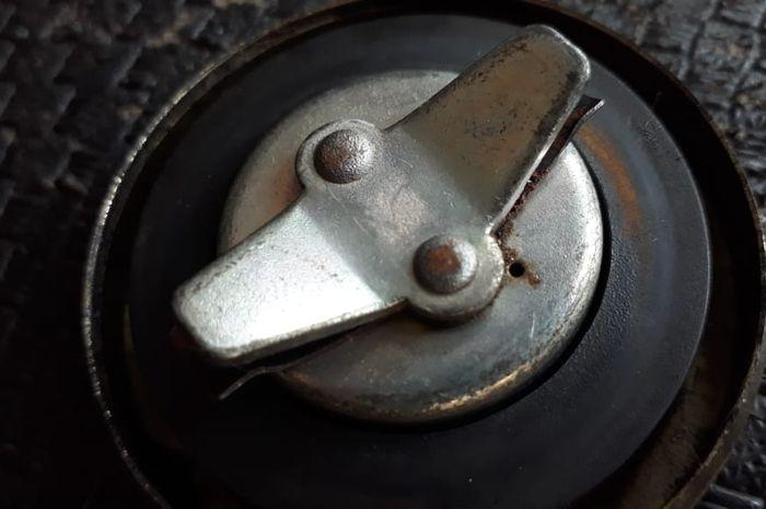 Pada tutup tangki terdapat lubang kecil. Segera Ganti Karet Tutup Tangki Motor yang Sudah Rusak, Kalau Enggak Bisa Keluar Duit Banyak!