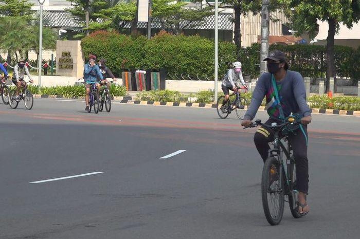 Ilustrasi jalur sepeda. Polisi bakal kasih hukuman buat pesepeda yang gowes di luar jalur sepeda.