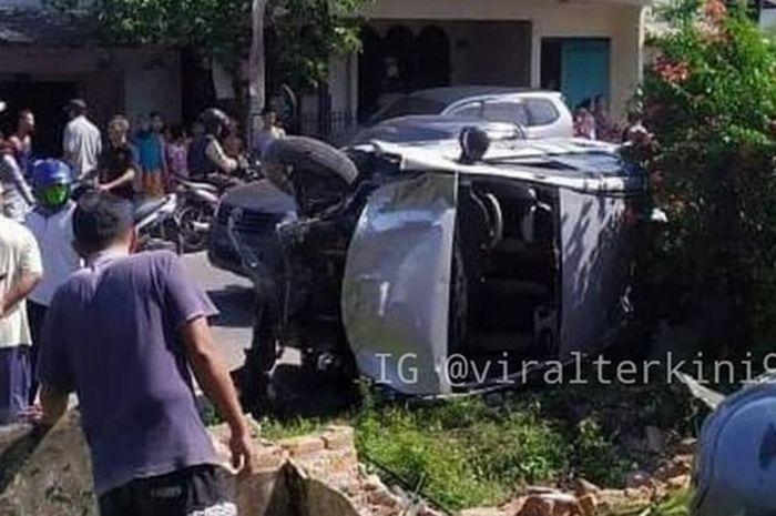 Mobil Xenia terlibat kecelakaan beruntun