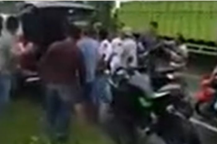 Polisi bersimpuh memohon kepada masa yang mengepung mobilnya