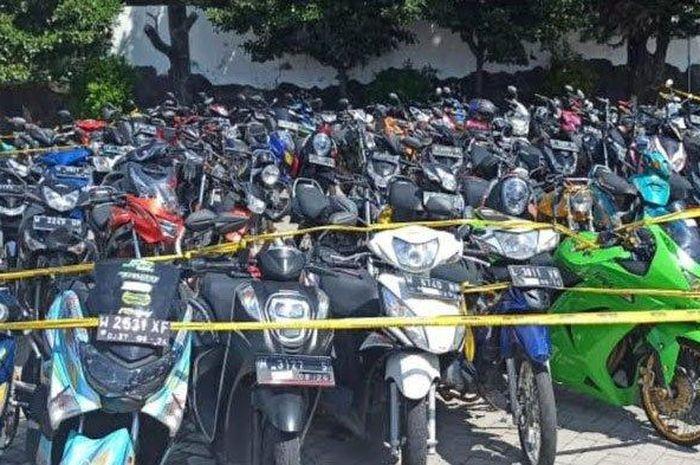 Ratus motor hasil razia balap liar ramadhan race terparkir di Polresta Sidoarjo
