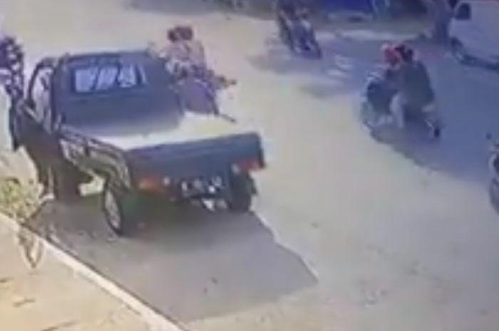 Ilustrasi tabrakan mobil bak. Niat Samper Teman, Bocah 4 Tahun Tewas Tertabrak Saat Menyeberang Jalan
