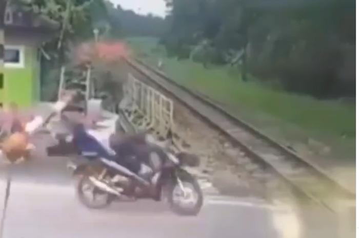 Viral Detik-detik Pemotor Tabrak Palang Pintu Kereta Api Sampai Terjungkal, Netizen: Sakit Gak Seberapa Tapi Malunya Itu