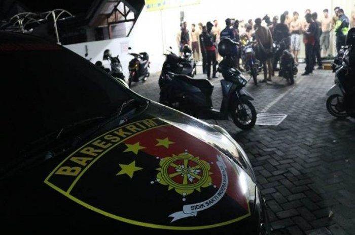 Anggota polisi meringkus penonton balap liar duel antara Yamaha NMAX.