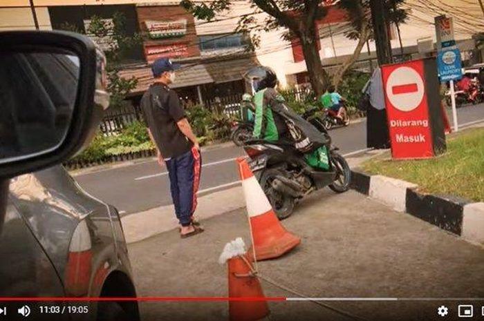 Artis Baim Wong usir driver ojek online (ojol) yang sedang istirahat di depan SPBU sampai mau nangis, endingnya malah dikasih uang.