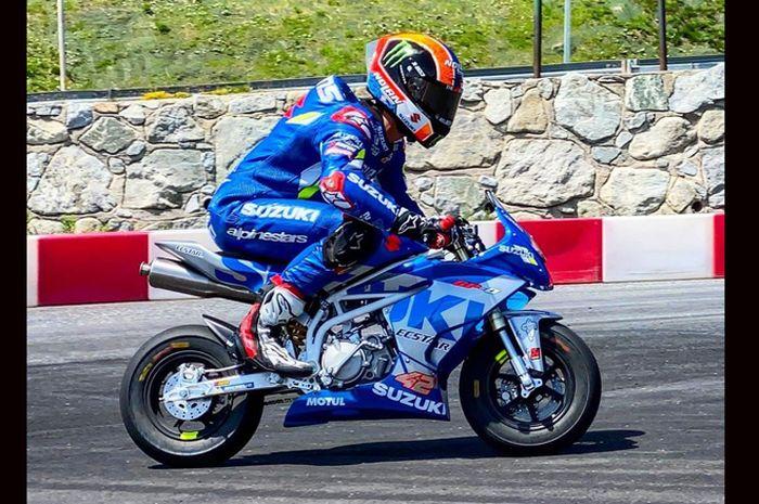 Alex Rins latihan naik motor mini atau minibike di sirkuit Andorra Pas de la Casa tak jauh dari tempat tinggalnya