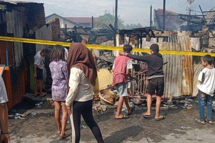 Warga yang terdampak kebakaran di Kerung-kerung tengah membersihkan rumah yang baru saja terbakar, Minggu (28/6/2020).