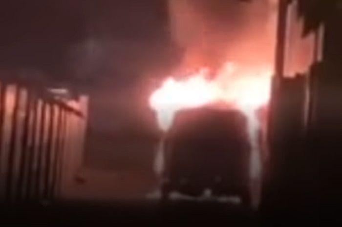 Warga ketakutan, video detik-detik mobil mewah Via Vallen ludes dibakar pria misterius, pedangdut seksi penggemar moge.