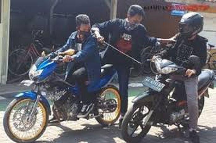Ilustrasi begal bermotor. Pemotor Dibacok Begal Sadis di Bekasi, HP dan Nyawa Korban Raib