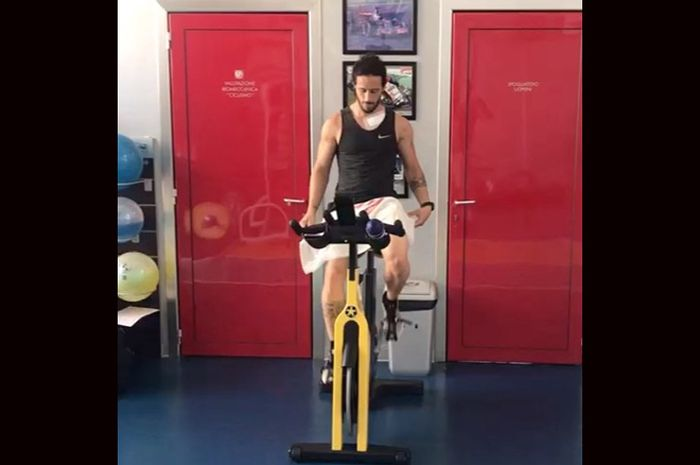 Andrea Dovizioso baru selesai operasi tulang selangka kiri udah langsung latihan fisik di gym. Katanya biar sudah fit 100% pas MotoGP Spanyol di Jerez, (19/7/2020) nanti