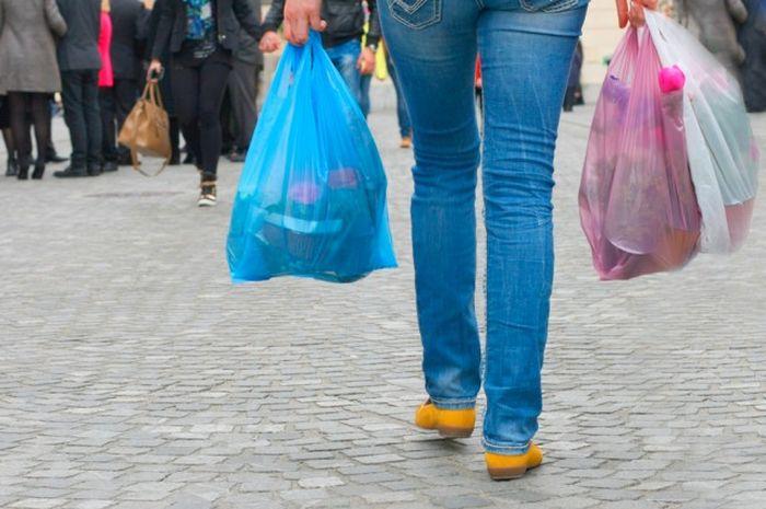 Ilustrasi belanja pakai kantong plastik sekali pakai