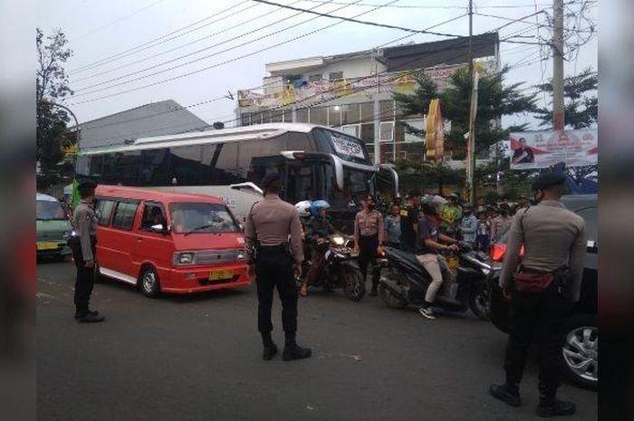 Sebuah bus Karunia Bakti tabrak dan seret pemotor hingga meregang nyawa, diduga bus tersebut mengalami rem blong.
