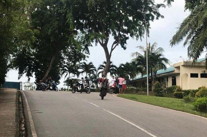 Ramai aksi remaja yang ugal-ugalan naik motor sambil wheelie di jalanan umum, meresahkan pemotor dan para petugas jenazah di RSBP Batam