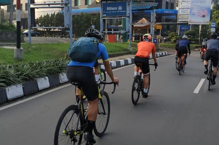 Ilustrasi pesepeda di jalan raya Jakarta