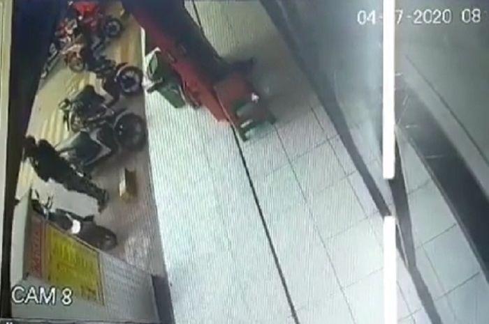 Video tangis pilu seorang cewek langsung pecah tonton rekaman CCTV lihat lelaki berdiri di parkiran motor.