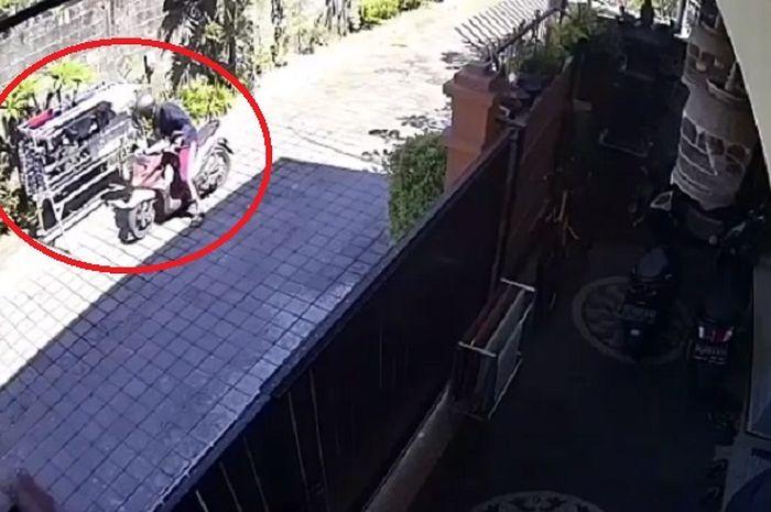 Sedang viral, video detik-detik seorang pemotor di Bali mencuri celana dalam yang sedang dijemur di dalam jemuran.