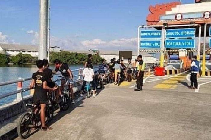 Belasan pesepeda mencoba masuk jalur motor di gerbang tol Bali Mandara