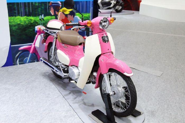 Honda Super Cub 50 dan 110 Terbaru hadir dengan warna pink, terinspirasi film kartun Jepang.