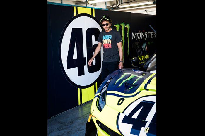 Valentino Rossi dan si Buar 4 roda julukan dari Ferrari 488 GT3 yang dikendarai saat balap ketahanan Gulf 12 Hours di Yas Marina Abu Dhabi. Jelang MotoGP 2020, Valentino Rossi malah latihan ngegas mobil balap