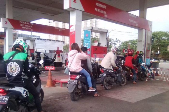 Harga bensin Pertalite turun harga jadi Rp 6.450, bikers bisa dapat diskon juga nih.