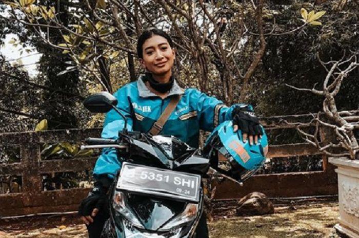 Artis cantik Fitri Rachmadhina atau pemeran Tati di Tukang Ojek Pengkolan (TOP) kini main Suara Hati Istri menjadi driver ojek online (ojol).