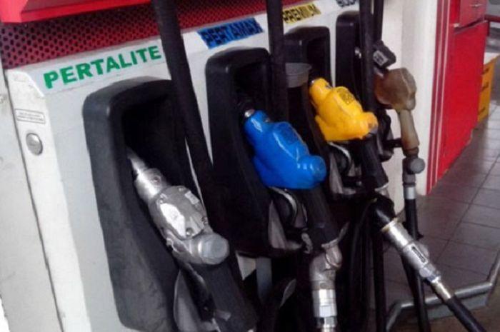 Kenapa warna bensin beda-beda tiap jenisnya, apakah berpengaruh pada performa motor?