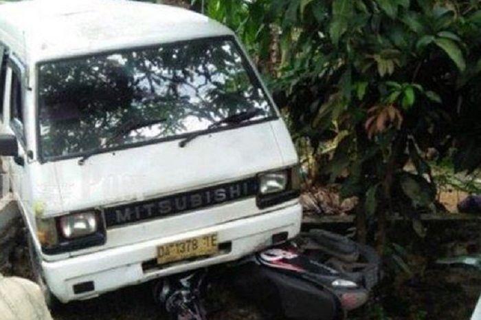 Warga menjerit ketakutan, Honda Scoopy ringsek dilindas Mitsubishi L300, motor mendadak oleng.