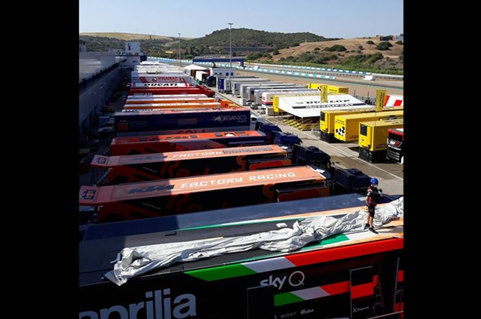 Semua tim MotoGP sudah hadir di sirkuit Jerez jelang MotoGP 2020. Deretan truk kontainer tim kontestan MotoGP berbaris rapi parkir di pit building sirkuit Jerez