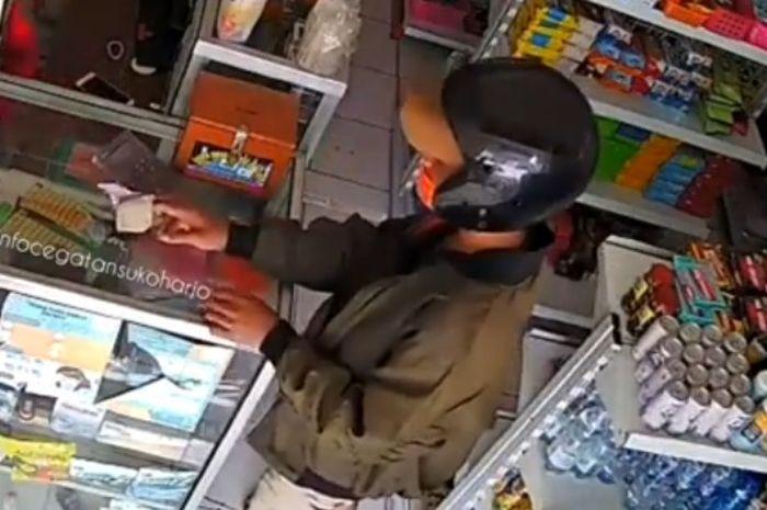 Pemotor pencuri hp terekam kamera CCTV