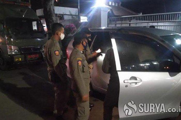 Sepasang remaja di dalam mobil yang terparkir di depan rumah Dinas wakil Bupati Tuban, digerebek petugas warga dan Satpol PP, tisu dan kondom berserakan