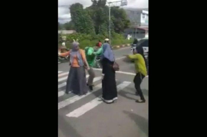 Viral video 3 cewek joget TikTok hibur pemotor di lampu merah Mamuju