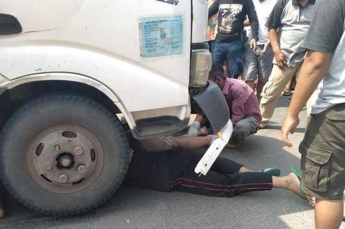 Proses evakuasi seorang pengendara sepeda motor di Kabupaten Cianjur, Jawa Barat yang tewas terseret sejauh 10 meter  truk box  dalam insiden kecelakaan di ruas jalan lintas selatan. Jumat (17/7/2020)