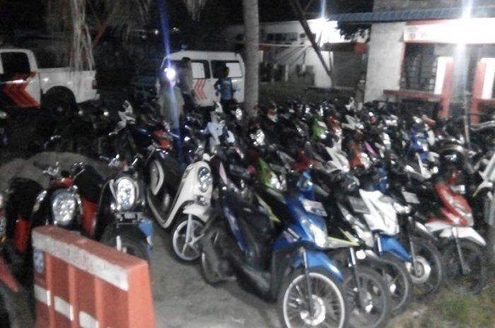 Baru 3 jam digelar, razia polisi bikin puluhan motor gak berkutik, SIM dan STNK ikut ditilang.