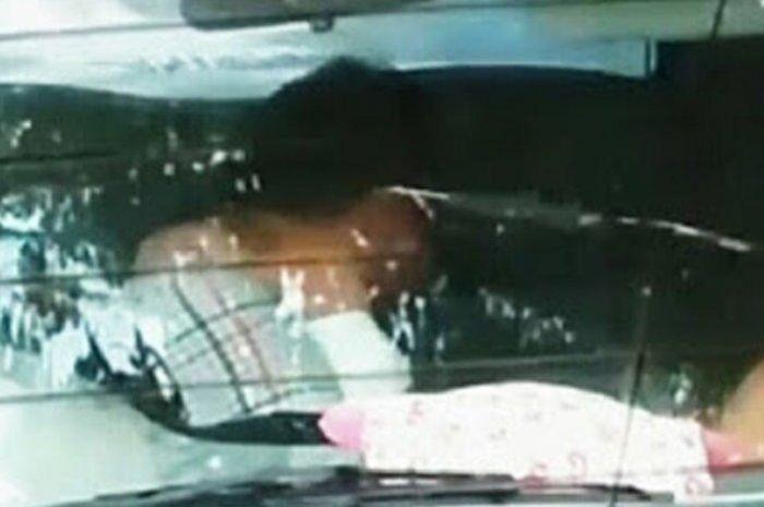 Satpol PP grebek mobil 'goyang' di pinggir jalan, pasangan bocah terciduk lagi wik-wik, panik kondom langsung dibuang.