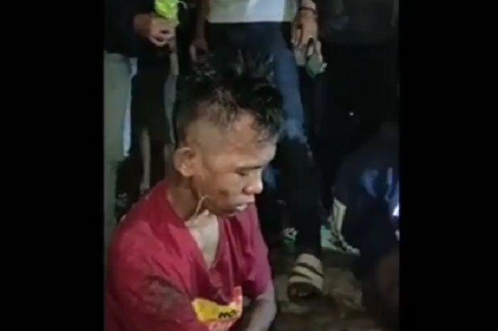 Dua orang pelaku begal cuma bisa tertunduk menahan sakit setelah dikepung dan ditangkap warga.