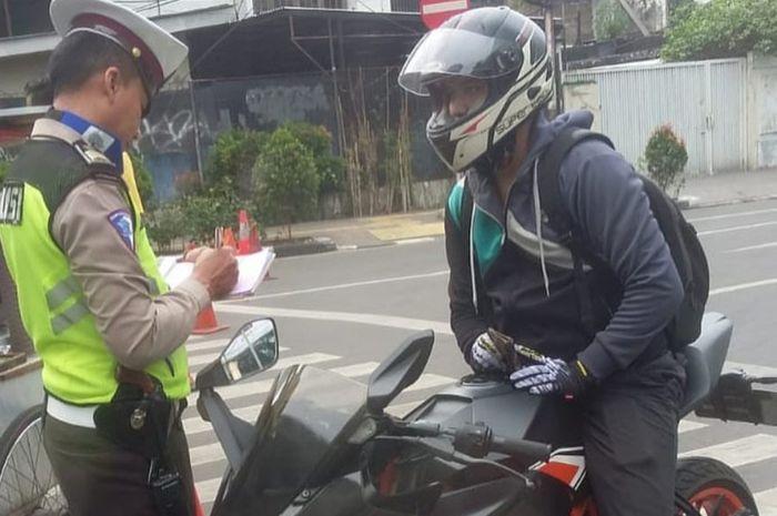 Pengendara motor sport ditindak polisi akibat tak pasang plat nomer depan