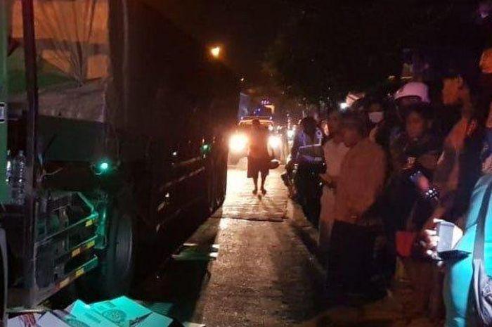 Tuban berduka, Honda BeAT adu banteng dengan GL Pro setelah gagal nyalip, pemotor tewas dilindas truk.