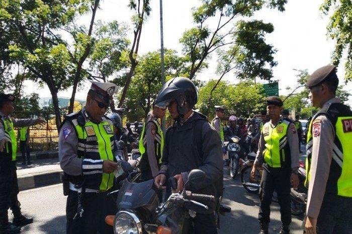 Waspada, bikers bisa dipenjara 3 bulan atau denda Rp 750 Ribu, 15 incaran polisi saat razia Operasi Patuh Jaya 2020.