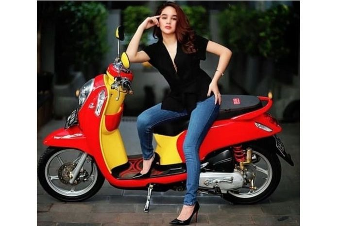 Hana Hanifah pernah naik Honda Scoopy dan tertangkap kasus protitusi online kini videonya beredar sedang bergoyang dengan para lelaki