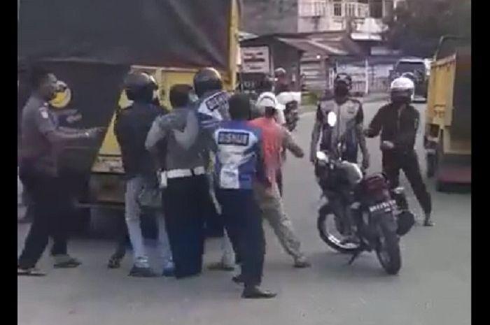Brutal! video sopir truk sempoyongan dikeroyok gerombolan anggota Dishub yang sok jagoan, muka ringsek kena bogem mentah.