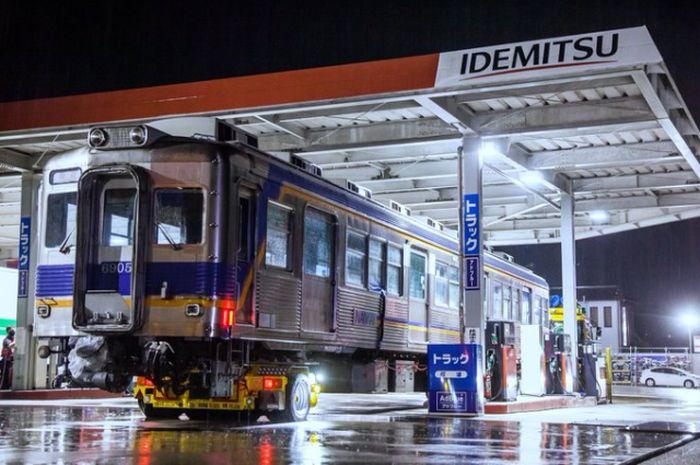 Bikin geger warga, kereta api ikut antre di pom bensin Jepang, ternyata begini faktanya.