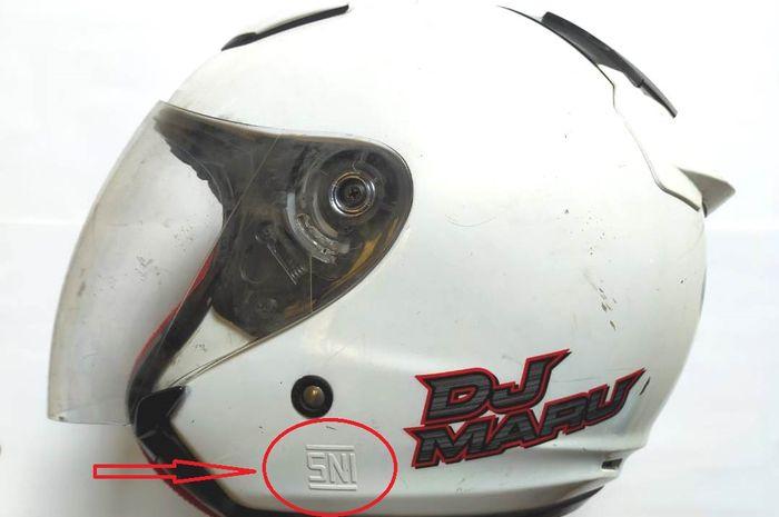 Logo SNI harus di belakang atau kiri helm