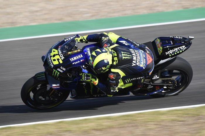 Aksi pembalap Monster Energy Yamaha, Valentino Rossi, ketika tampil pada sesi latihan bebas MotoGP Andalusia di Sirkuit Jerez, Spanyol, 24 Juli 2020.
