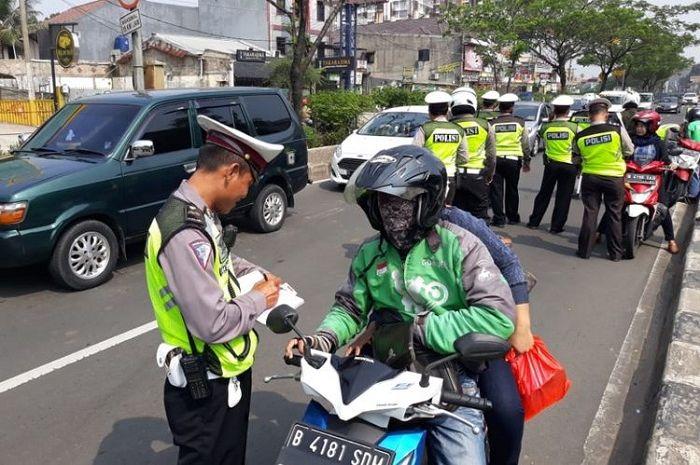 Ilustrasi razia. Razia Operasi Patuh Jaya 2020, polisi incar helm logo 3 huruf, kalau enggak ada mending putar balik bro