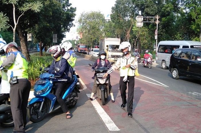 Polisi menindak pemotor saat Operasi Patuh Jaya 2020, benarkah masa berlaku SIM mati bebas tilang?