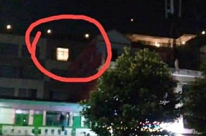 Warga dan pemotor dibuat geger, sepasang kekasih lagi 'wikwik' jadi tontonan gara-gara lupa tutup gorden jendela hotel.