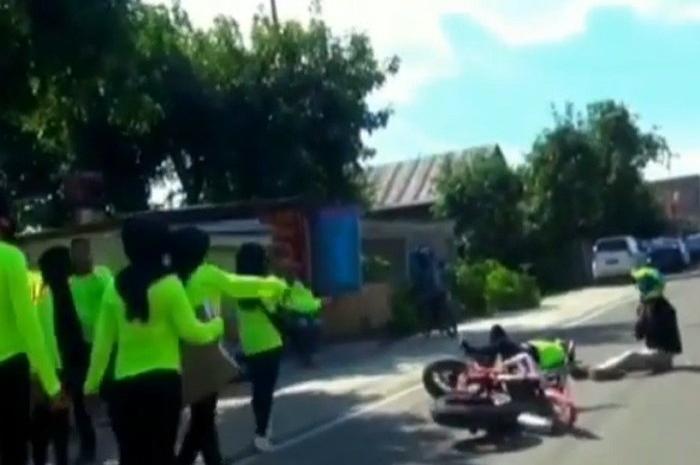 Pengendara motor tabrak penggalang dana banjir,  lagi asyik joget langsung terkapar.