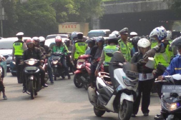 Ganjil genap DKI Jakarta berlaku 24 jam, ternyata bukan untuk pindah ke angkutan umum.