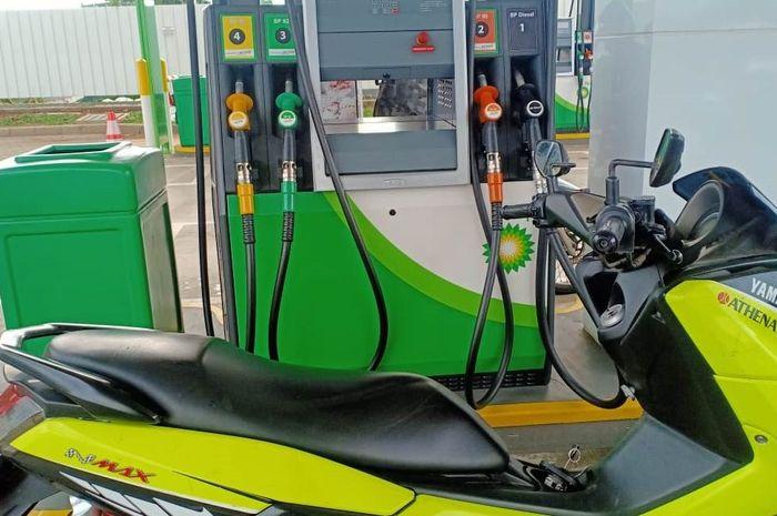 Ilustrasi Yamaha NMAX lama sedang mengisi bensin
